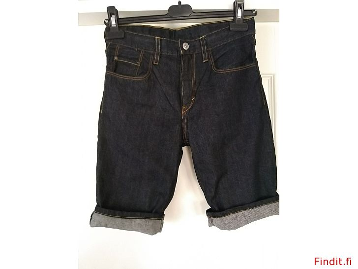 Säljes Snygga jeans shorts storlek 146