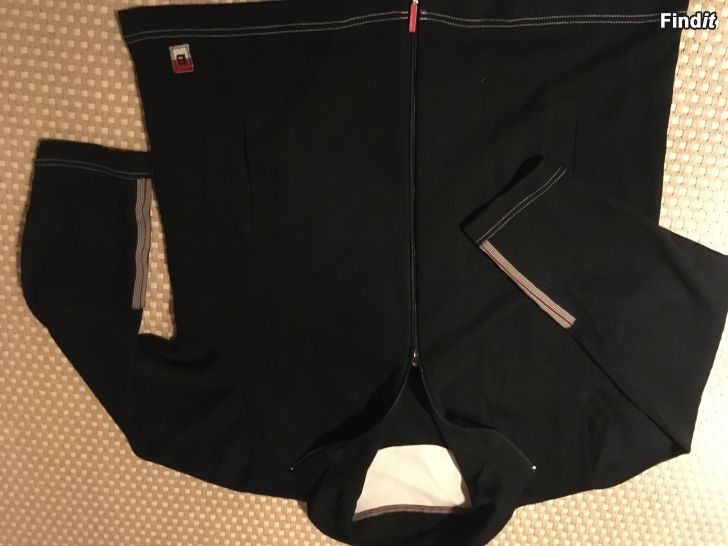 Myydään Uudenveroinen college takki ja housut koko M