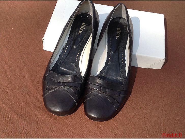 Säljes Svarta läderskor