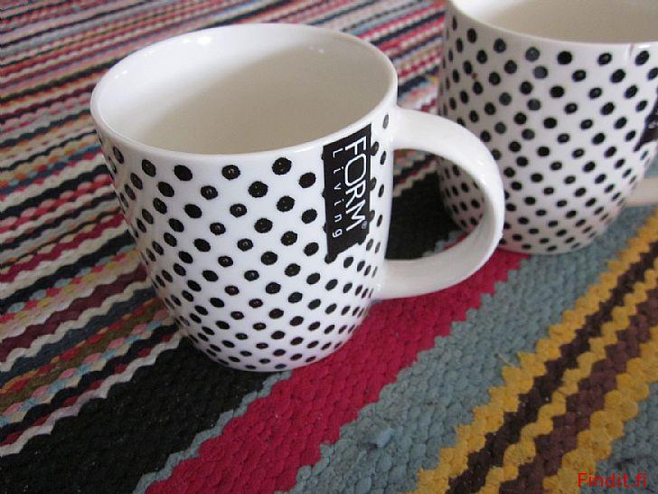 Säljes Vit svartprickig keramisk mugg +sprucken kompis