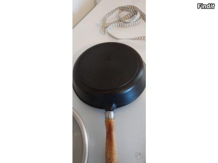 Myydään Valurautainen paistin wokkipannu + kansi, puinen irroitettava kädensija